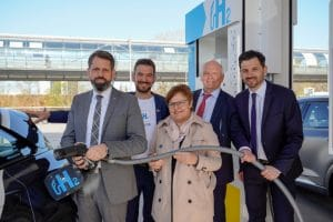 Lower Saxony's Environment Minister Olaf Lies (l.) inaugurated the new H2 station directly at the exhibition grounds in Laatzen during the Hanover Fair.